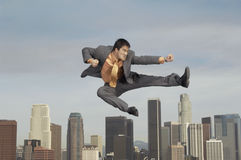Homme d'affaires Doing Martial Arts contre le paysage urbain Image stock