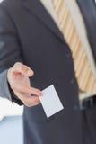 Homme d'affaires donnant une carte de visite professionnelle vierge blanche de visite photos libres de droits