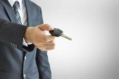 Homme d'affaires donnant une clé de voiture - vente de voiture et concept de location Images libres de droits