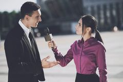 Homme d'affaires donnant une entrevue à une femme Image stock