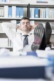 Homme d'affaires dormant dans le bureau Image libre de droits