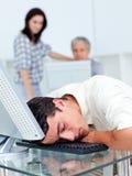 Homme d'affaires dormant sur son clavier photos libres de droits