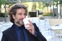 Homme d'affaires Drinking Takeaway Coffee en dehors de bureau Photo libre de droits