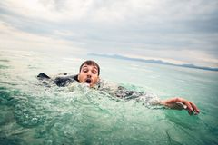Homme d'affaires Drowning en mer images stock