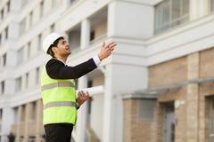 Homme d'affaires du Moyen-Orient au chantier de construction image stock