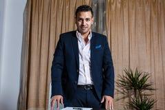 Homme d'affaires du Moyen-Orient dans le bureau Photo stock