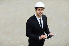 Homme d'affaires du Moyen-Orient Wearing Hardhat photos stock