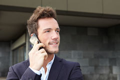 Homme d'affaires effectuant le téléphone portable appeler photographie stock