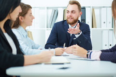 Homme d'affaires effectuant une présentation Image stock