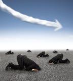 Homme d'affaires effrayé se cachant au sol avec le graphique de gestion vers le bas photographie stock