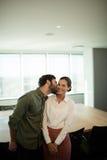 Homme d'affaires embrassant la femme d'affaires dans le lieu de réunion photographie stock