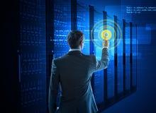 Homme d'affaires employant l'interface de cercle au centre de traitement des données photographie stock libre de droits