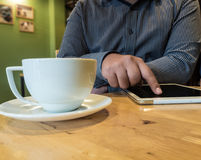 Homme d'affaires employant l'Internet sur le comprimé dans le café de café avec W Images stock