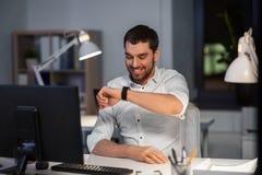 Homme d'affaires employant la commande de voix sur la montre intelligente images stock