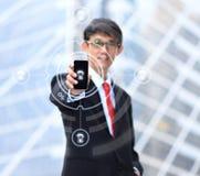 Homme d'affaires employant la connexion de social de smartphone Image stock