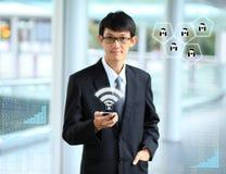 Homme d'affaires employant la connexion de social de smartphone photographie stock