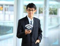 Homme d'affaires employant la connexion de social de smartphone Photos stock