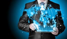 Homme d'affaires employant la connexion de social de tablette Photos libres de droits