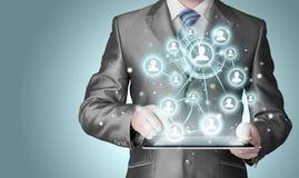 Homme d'affaires employant la connexion de social de tablette Photo stock