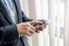 Homme d'affaires employant le mobile photo libre de droits