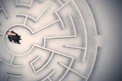 Homme d'affaires emprisonné dans un labyrinthe circulaire images libres de droits
