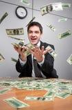 Homme d'affaires en argent de loquet de bureau dans le ciel photos libres de droits