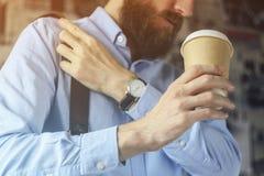 Homme d'affaires en café bleu de boissons de chemise quittant le bureau Concept de pause-café images stock