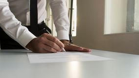 Homme d'affaires en contrat de signature de bureau, document ou journal juridique Image stock