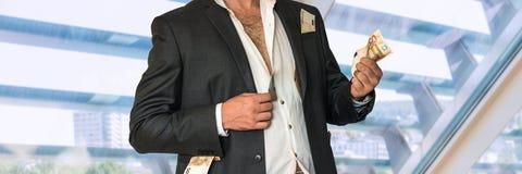 Homme d'affaires en désordre dans un costume noir et argent dans des poches Image libre de droits