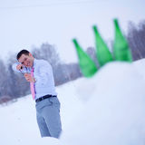 Homme d'affaires en forêt de l'hiver avec la fronde images stock