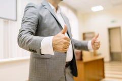 Homme d'affaires en gros plan montrant des pouces sur le fond de bureau blanc de réussite d'isolement par concept d'affaires photos libres de droits