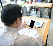 Homme d'affaires en gros plan travaillant au smartphone photographie stock libre de droits