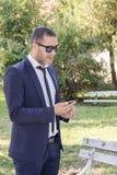 Homme d'affaires en parc photos libres de droits