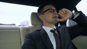 Homme d'affaires en retard pour le dîner important coincé dans l'embouteillage, la vie de mégalopole banque de vidéos