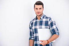 Homme d'affaires en tissu occasionnel tenant l'ordinateur portable photo stock