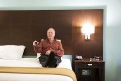 Homme d'affaires en voyage avec à télécommande Image libre de droits