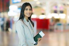 Homme d'affaires en voyage féminin indien Photos stock
