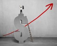 Homme d'affaires encouragé se tenant sur le symbole de l'argent 3D avec l'échelle Photographie stock