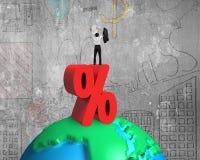 Homme d'affaires encourageant se tenant sur le signe et le globe de pourcentage avec Images stock