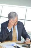 Homme d'affaires enfoncé à son bureau images libres de droits