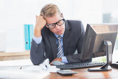 Homme d'affaires enfoncé par la comptabilité Photo stock