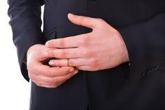 Homme d'affaires enlevant son anneau de mariage. Photographie stock