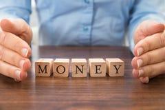 Homme d'affaires enregistrant l'argent de mot image stock