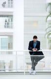 Homme d'affaires envoyant le message textuel au téléphone portable Images libres de droits