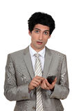 Homme d'affaires envoyant un message textuel Photos libres de droits