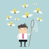 Homme d'affaires essayant d'attraper une idée d'ampoule Image libre de droits