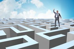 Homme d'affaires essayant de s'échapper du labyrinthe photo libre de droits