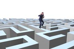 Homme d'affaires essayant de s'échapper du labyrinthe photographie stock libre de droits