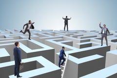 Homme d'affaires essayant de s'échapper du labyrinthe image libre de droits
