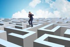 Homme d'affaires essayant de s'échapper du labyrinthe photos stock